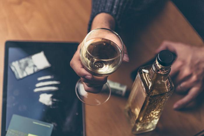 mezclar drogas y alcohol